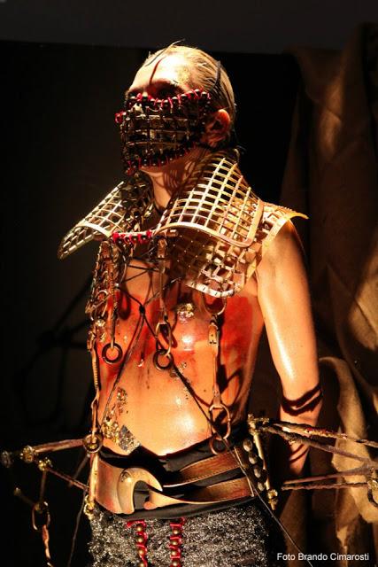 foto di modella che reinterpreta la tortura sulle donne
