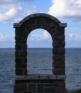 arco di pietra sul mare